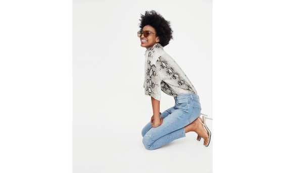 Jeans skinny a vita alta. Effetto slavato con strappi sulla gamba. Cinque tasche. Chiusura frontale con cerniera e bottone metallico.