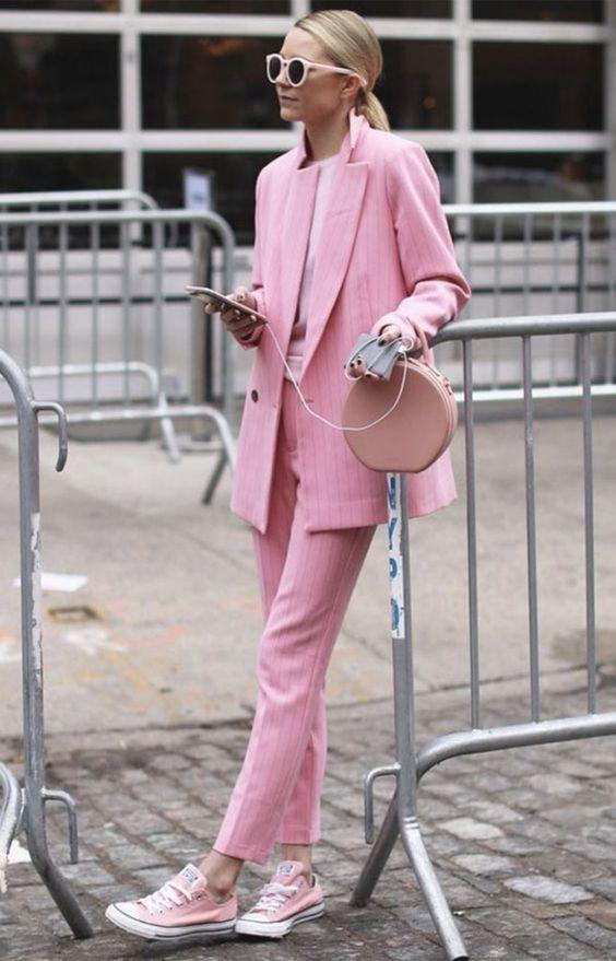 Tailleur rosa e sneacker