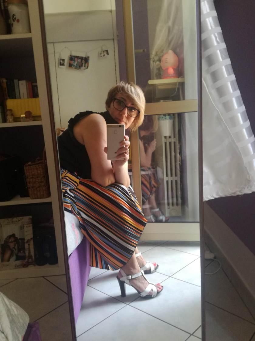 Outfit estivo con pantaloni laghi plissettati