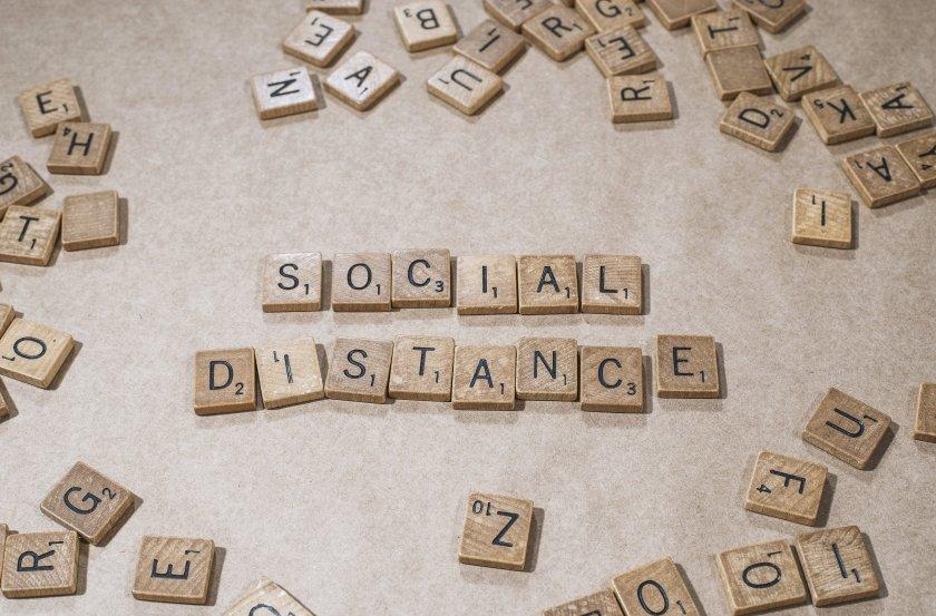Social distance in lettere di legno