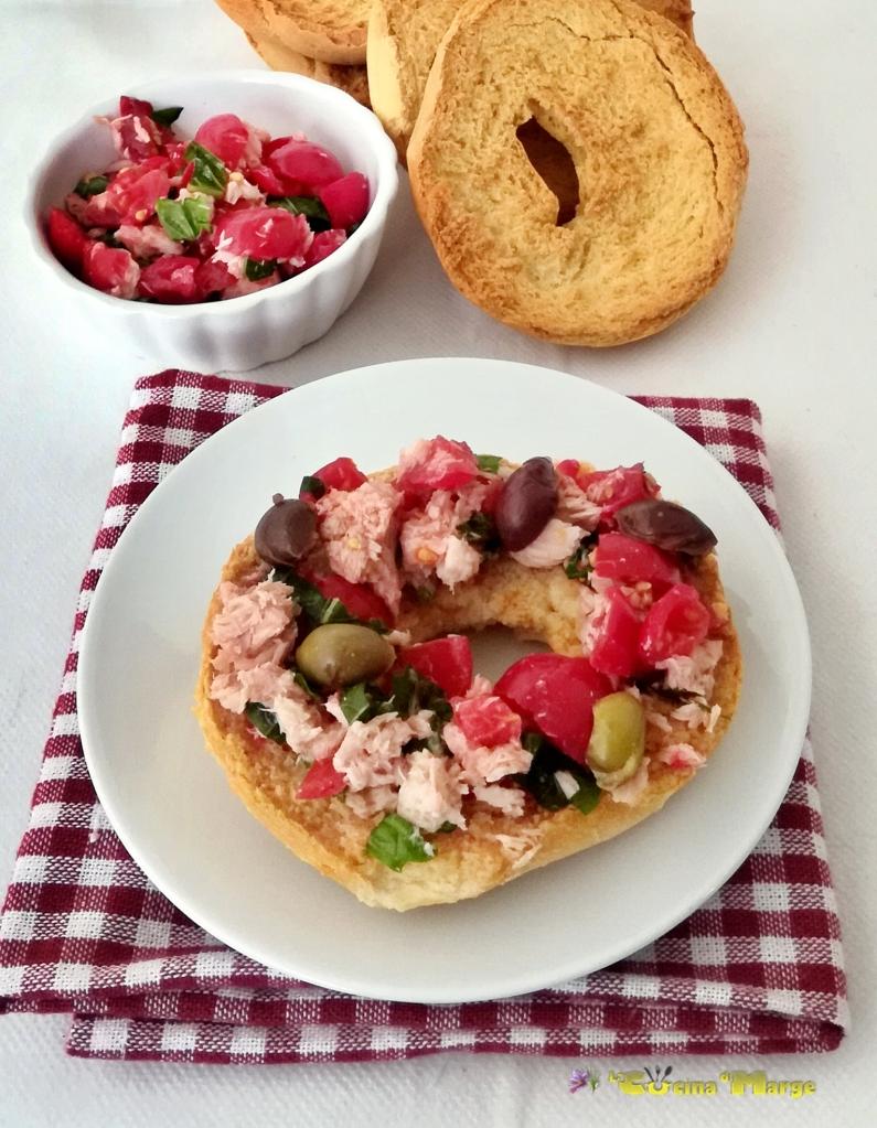Friselle pugliesi condite con pomodorini tonno olive e basilico
