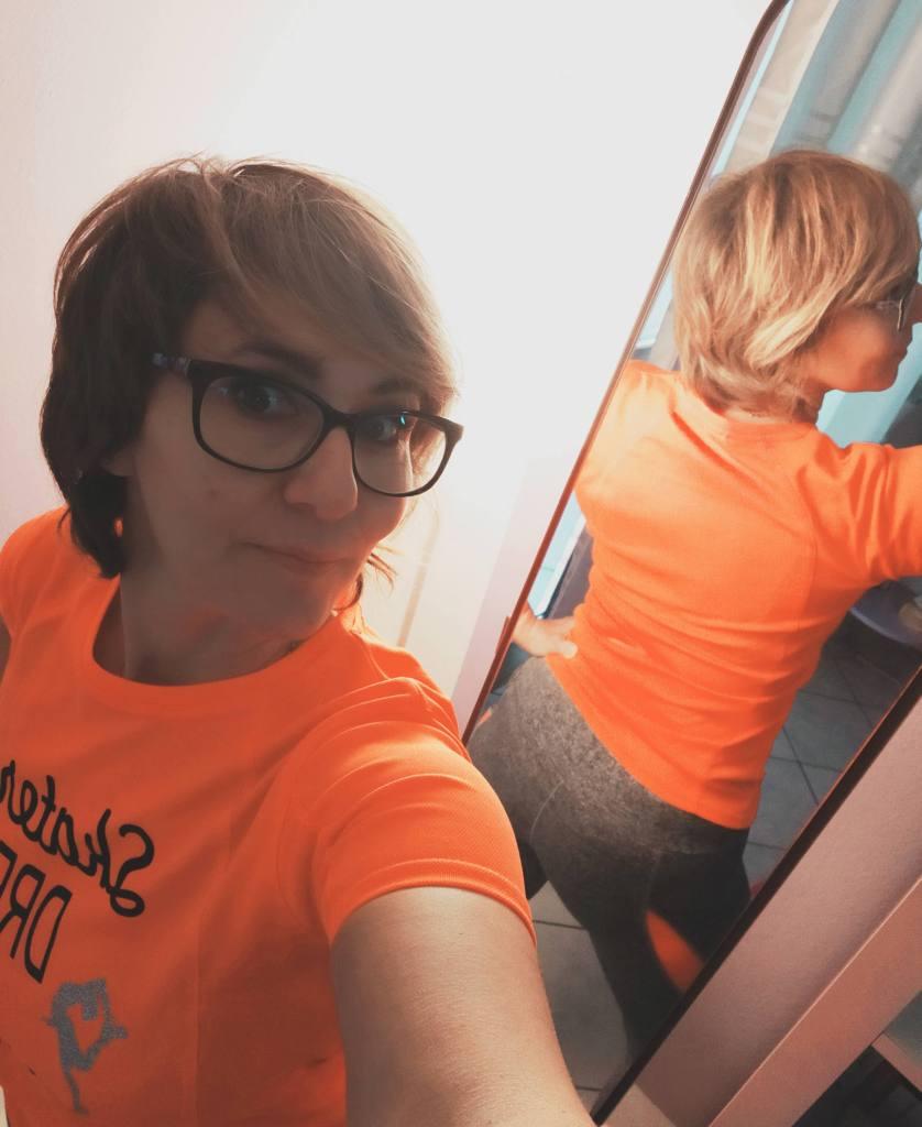 Leggings grigi e arancioni, maglietta arancione da runner